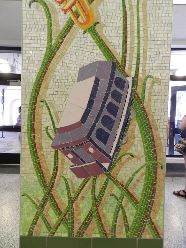 Mosaics in Chicago_Bachor's Thrive mosaic, Thorndale station, carriage detail.