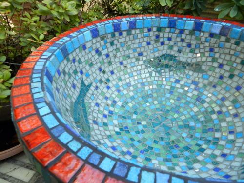 Decorated garden urn. Photo: Helen Miles Mosaics