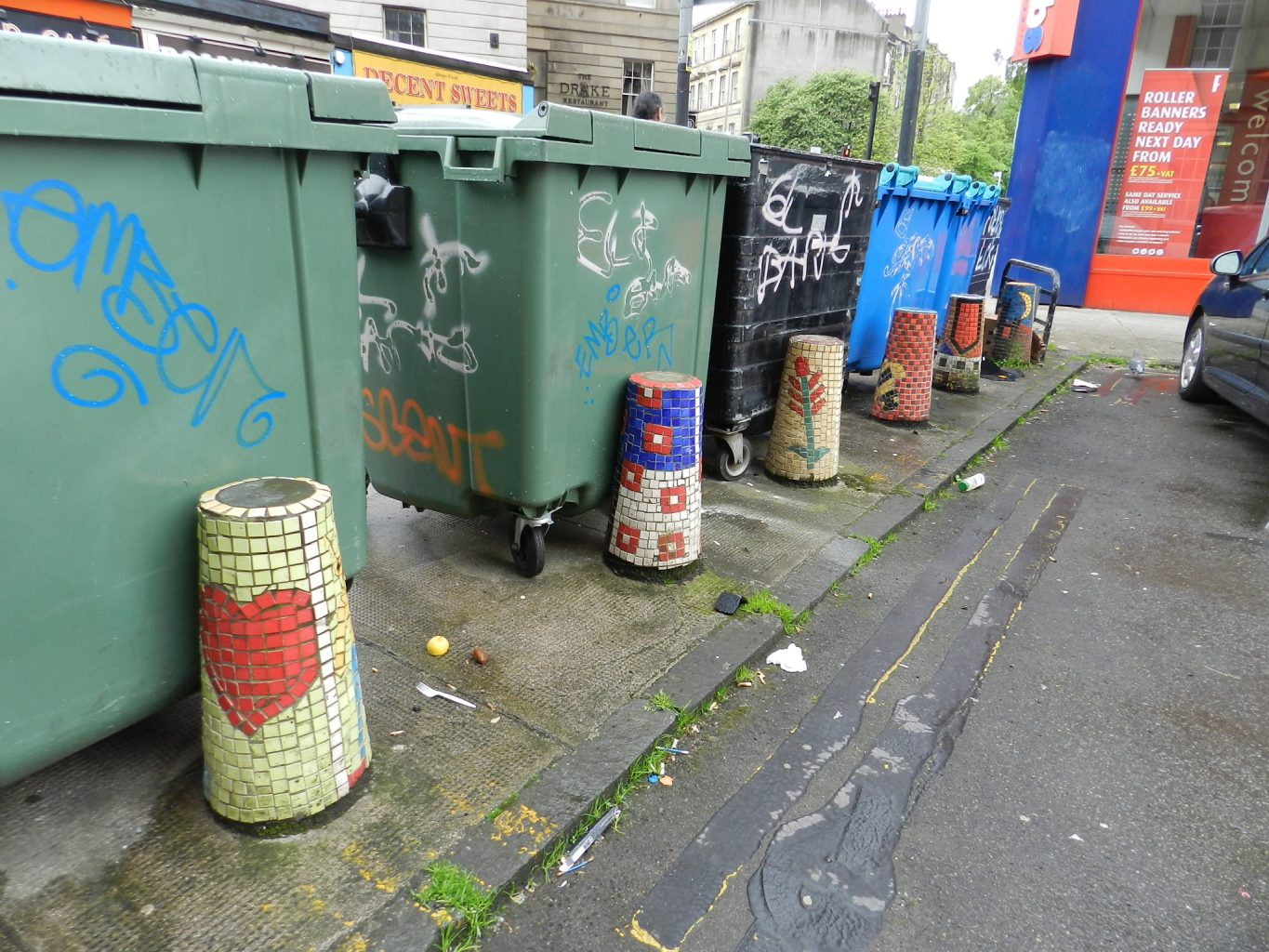 Woodlands Road, Glasgow. Mosaic bollards. Mosaics of Scotland.